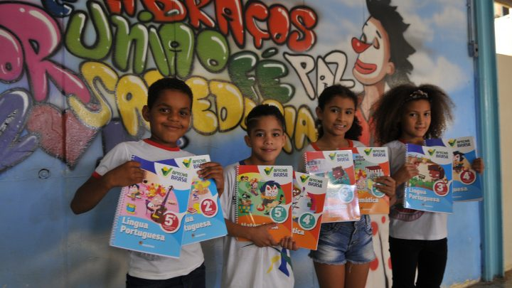 GDF entrega mais de 200 mil livros complementares